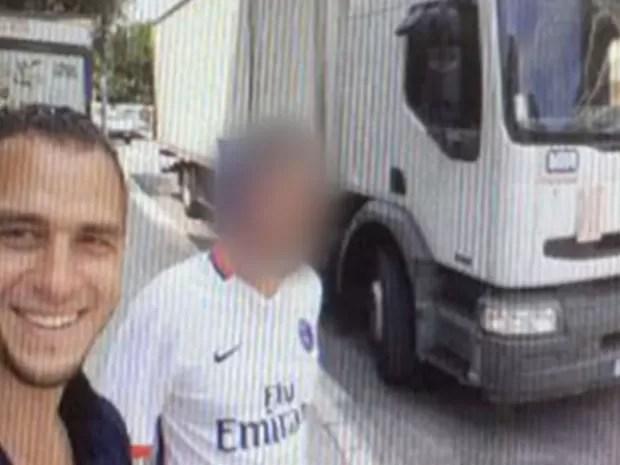 Mohamed Lahouaiej Bouhlel posa para selfie no dia 13 de julho em frente ao caminhão que usou no ataque em Nice (Foto: Reprodução/TF1)