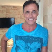 Oscar Magrini renova contrato com a Globo