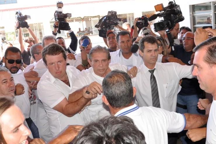Última aparição de João de Deus na casa antes de ser preso foi marcada por tumulto e confusão — Foto: Paulo Giovanni/Futura Press/Estadão Conteúdo