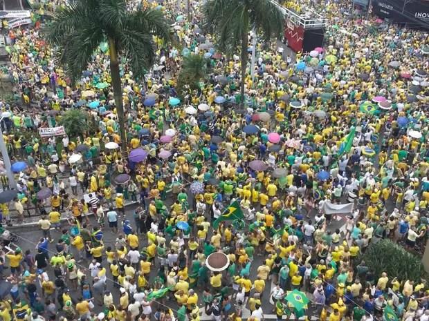 Em Santos, manifestantes lotam praça da Independência, no Gonzaga (Foto: Fábio Garcez / G1)