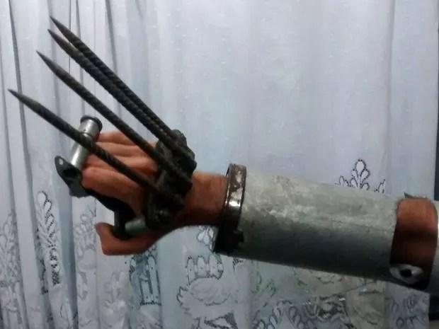 Homem estava com garras de metal e um facão (Foto: Companhia de Meio Ambiente e Trânsito )