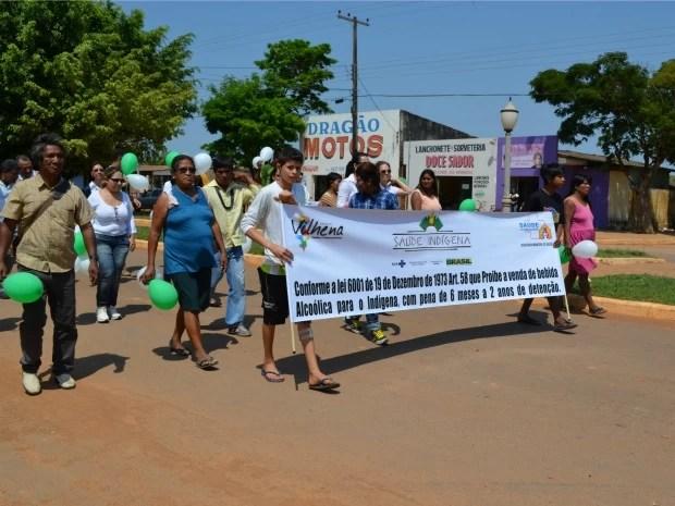 Indígenas em passeata por avenida de Vilhena, RO (Foto: Jonatas Boni/G1)