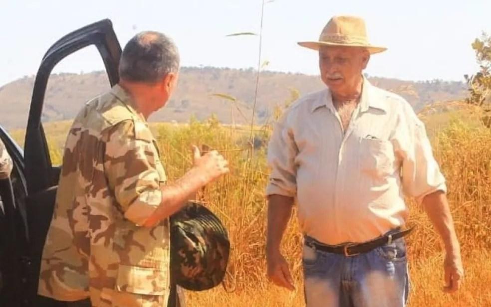 Fazendeiro Elmi Caetano, em conversa com o secretário de Segurança Pública Rodney Miranda — Foto: Wesley Costa/O Popular