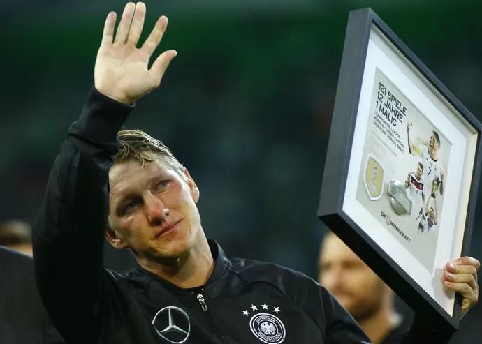 Schweinsteiger se emocionou muito durante homenagem que recebeu em campo antes de partida contra a Finlândia (Foto: Reuters )