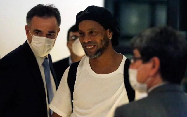 Ronaldinho Gaúcho deixou a cadeia no Paraguai na noite desta terça (7) após pagar fiança — Foto: Jorge Saenz/AP