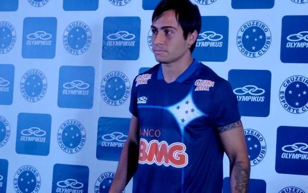Martinuccio mostra a terceira camisa do Cruzeiro (Foto: Marco Antônio Astoni / Globoesporte.com)