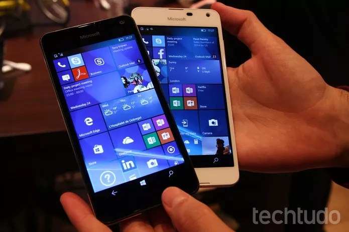 Lumia 650 tem tela OLED (Foto: Fabrício Vitorino/TechTudo)