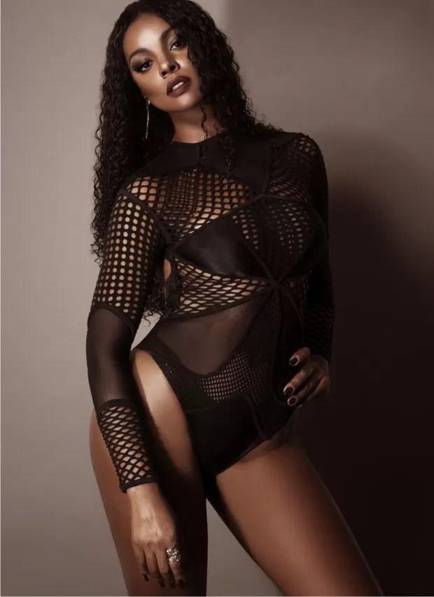 Cris Vianna posa sexy para revista e diz: 'Gosto do que vejo no espelho'