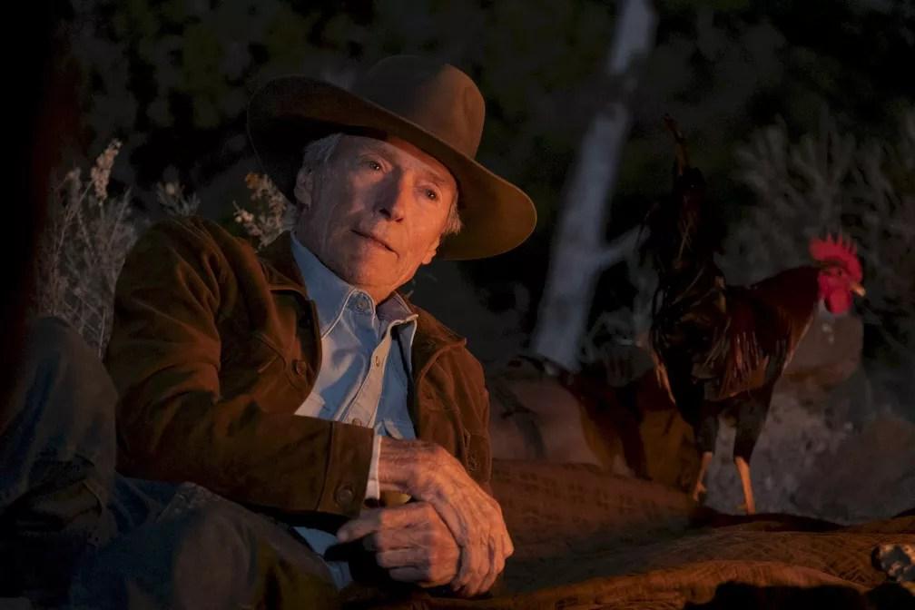 """Clint Eastwood numa cena de """"Cry Macho: O caminho para redenção"""" — Foto: Divulgação"""