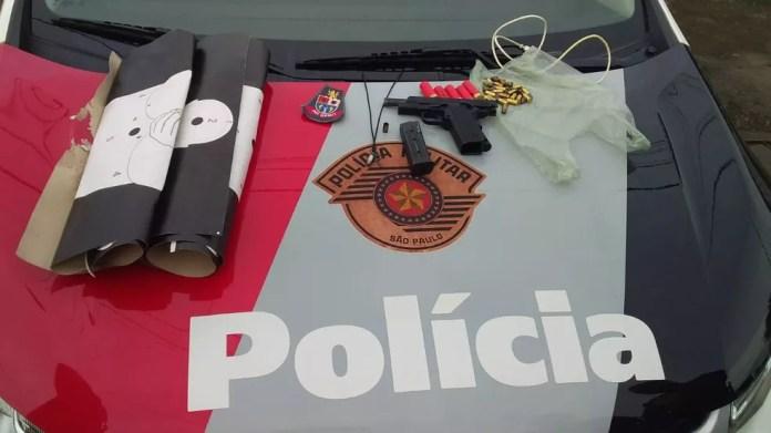 Pistola, munições e alvos foram achados no telhado de residência, em São Vicente, SP — Foto: G1 Santos