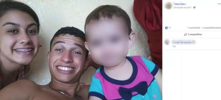 Taina Queiroz ao lado do marido, Raul Kennedy da Silva, e da filha de 8 meses. A jovem de 18 anos e bebê estavam sumidas desde 3 de novembro — Foto: Reprodução/Facebook