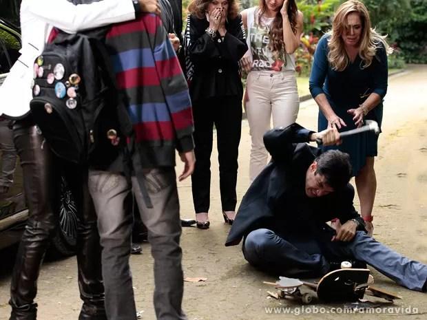 Félix num momento de raiva com o filho adotivo, Jonathan (Foto: Amor à Vida / TV Globo)
