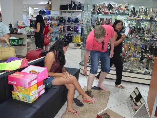 Namorados fazem compras juntos em Ji-Paraná, RO (Foto: Mônica Santos/G1)