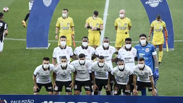 Time do Corinthians posado antes do jogo contra a Inter de Limeira