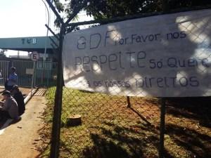 Cartaz afixado em frente a garagem da TCB (Foto: Isabella Calzolari/G1)
