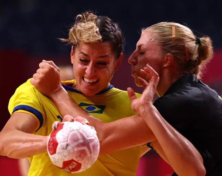 Duda Amorim em Brasil x Suécia no handebol feminino das Olimpíadas de Tóquio 2020 — Foto: REUTERS/Susana Vera
