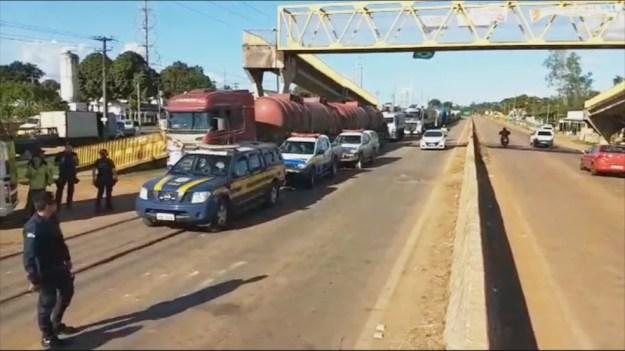 Ao todo, sete caminhões foram escoltados pela PRF (Foto: Reprodução/Rede Amazônica)