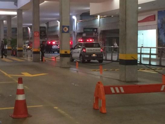 Tentativa de assalto a carro-forte aconteceu no estacionamento do shopping Midway Mall (Foto: Andrea Tavares/G1)