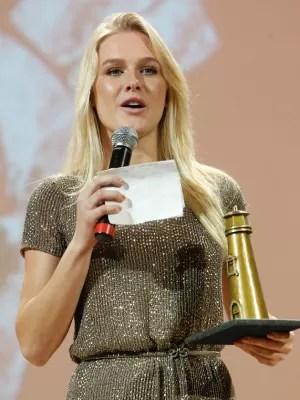 """Fiorella Mattheis na entrega do premio de melhor filme para """"Violeta Foi Para o Ceu"""" (Foto: Divulgação)"""