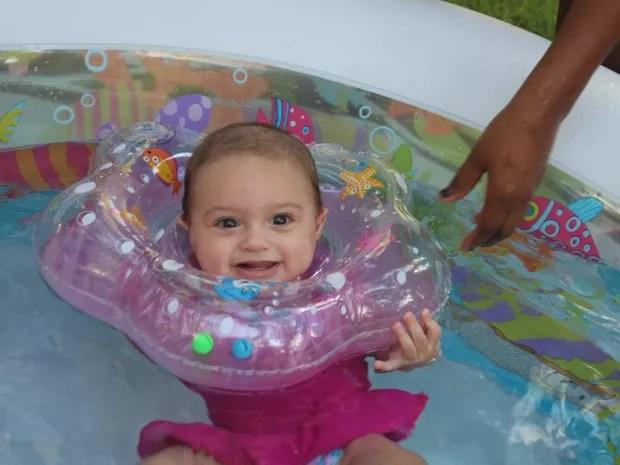 Bebês banham com boia no pescoço (Foto: Samantha Rodrigues/ G1 Piauí)