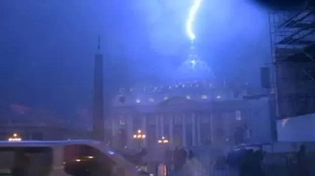 Raio atinge basílica de São Pedro (Foto: BBC)