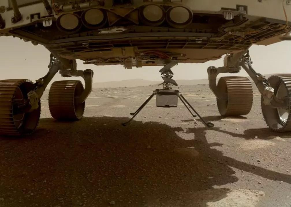 Dias antes, o Ingenuity havia sido lançado da parte de baixo do veículo espacial — Foto: Nasa