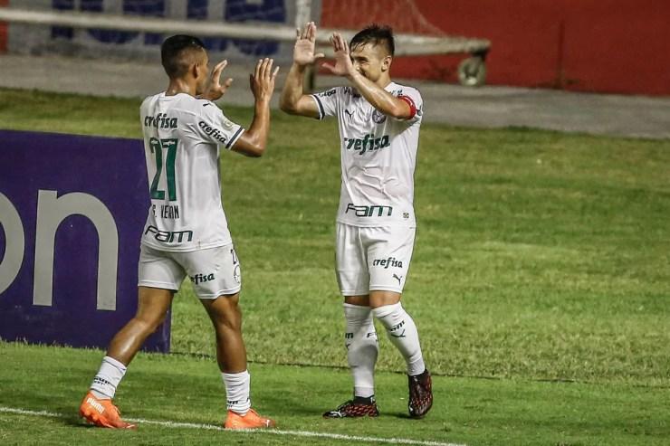 Willian e Gabriel Veron comemoram gol do Palmeiras contra o Sport — Foto: PAULO PAIVA/AGIF - AGÊNCIA DE FOTOGRAFIA/ESTADÃO CONTEÚDO
