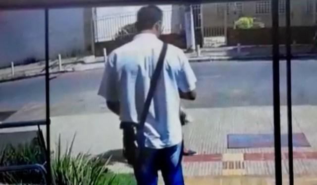 Suspeito foi flagrado passando por casas de vítimas — Foto: TVCA/Reprodução
