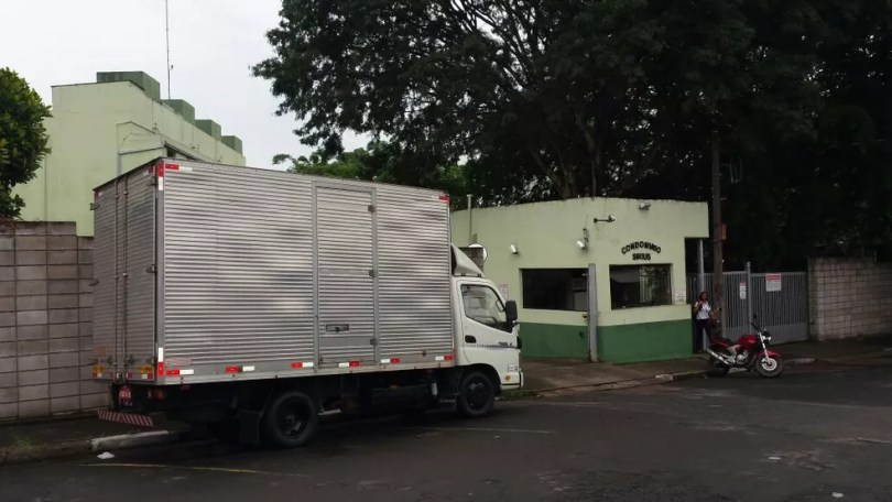 Ex-namorada e o companheiro foram baleados em frente ao condomínio onde a jovem mora (Foto: Fernando Pacífico/G1)