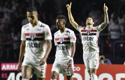 Alexandre Pato comemora gol pelo São Paulo contra o Santos: último jogo do atacante foi no dia 10 de agosto — Foto: Marcos Ribolli