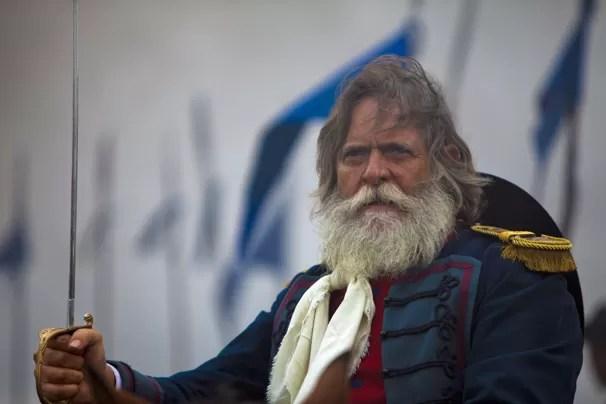 É o imponente Ricardo Amaral (José de Abreu) quem acolhe Ana Terra em Santa Fé, cidade que ele fundou (Foto: Globo)