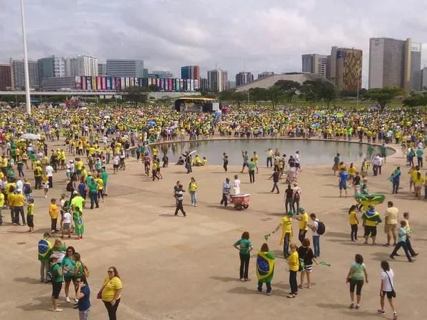 Manifestantes na área do Museu Nacional em Brasília durante ato contra a corrupção (Foto: Mateus Rodrigues/G1)