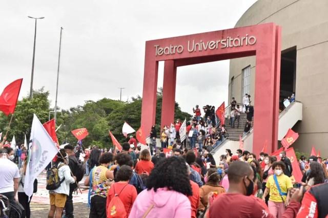 Manifestantes concentrados na Ufes, em Vitória, por volta das 15h30 deste sábado (19) para protesto contra Bolsonaro  — Foto: Fernando Madeira/Rede Gazeta