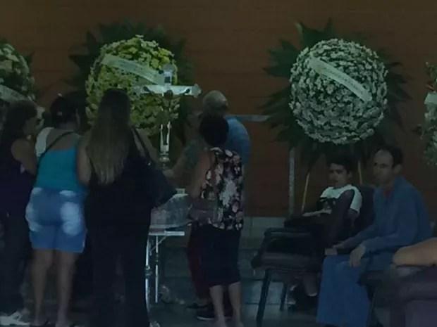 Corpo de Evelyn está sendo velado no cemitério São João Batista (Foto: Graciela Andrade/TV TEM)