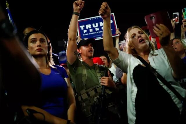 Grupo pró-Trump protesta em frente ao centro de contagem de votos de Phoenix, no Arizona, na noite de quarta-feira (4) — Foto: Edgard Garrido/Reuters