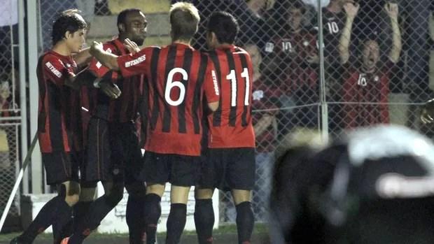 Guerrón gol Atlético-PR (Foto: Franklin de Freitas / Ag. Estado)