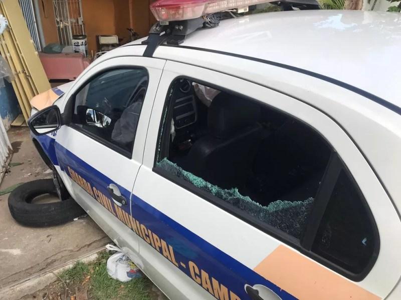 Agente passou mal e carona puxou volante para evitar cair dentro do Rio Paraíba do Sul, em Campos, no RJ — Foto: Vinícius Pereira/Inter TV RJ