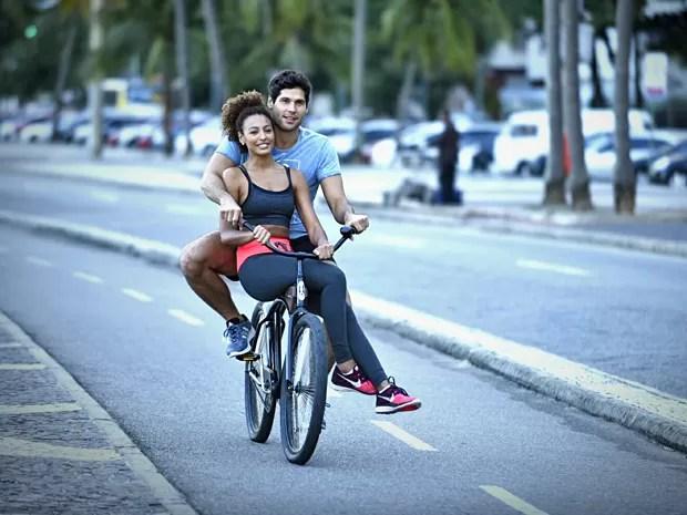 Na trama, Bento vai ensinar Paula a andar de bicicleta (Foto: Raphael Dias / Gshow)