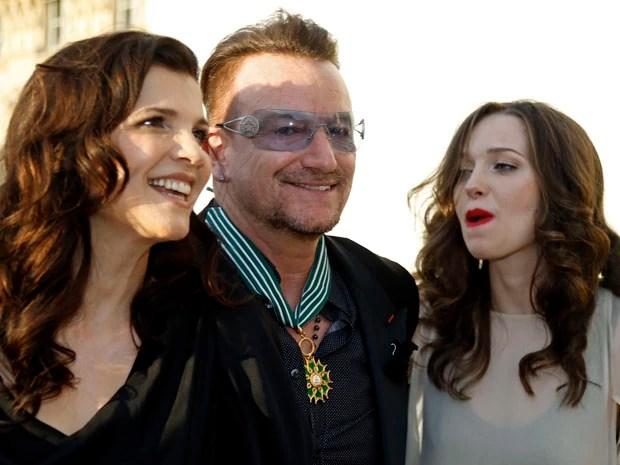 Bono ao lado da mulher Ali Hewson e de sua filha Eve durante cerimônia em Paris, França, nesta terça (Foto: REUTERS/Charles Platiau)