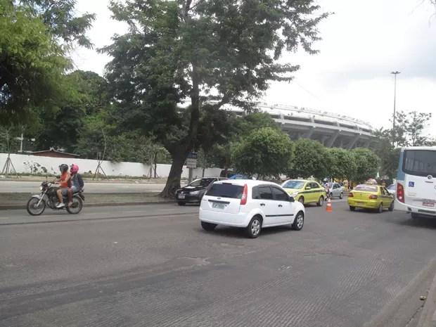Radial Oeste funciona em mão dupla, devido a pista interditada no local do conflito (Foto: João Bandeira de Mello/G1)