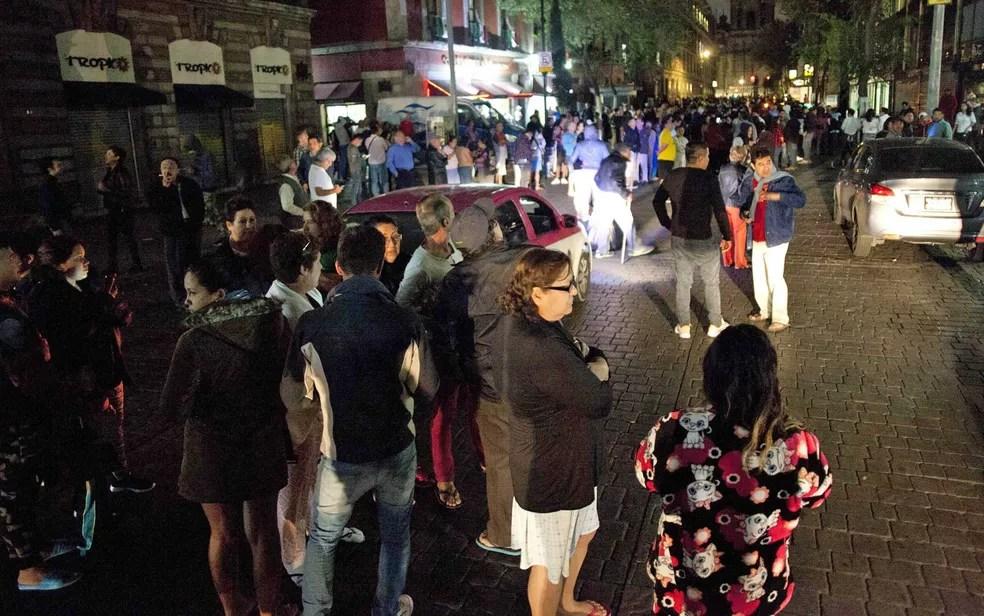 Pessoas se reúnem em uma rua no centro da Cidade do México após terremoto (Foto: Pedro Pardo / AFP Photo)