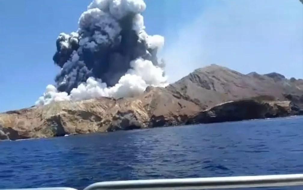 Vulcão da Ilha Branca em erupção nesta segunda-feira (9), na Nova Zelândia — Foto: Alessandro Kauffmann/Redes sociais