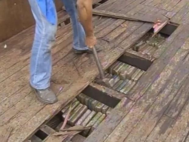 Primeiros tijolos foram encontrados em um fundo falso na carroceria  (Foto: reprodução/TV Tem)