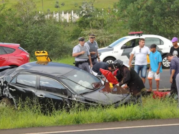 Motorista perdeu o controle da direção do veículo  (Foto: Jociano Garofolo/Gazeta de Votuporanga )