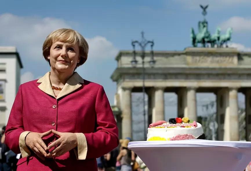 Em homenagem aos 60 anos da chanceler da Alemanha, Angela Merkel, o Museu Madame Tussauds de Berlim exibiu uma estátua de cera da aniversariante em frente ao Portão de Brandemburgo. Canceriana, Merkel faz aniversário na quinta-feira (17)