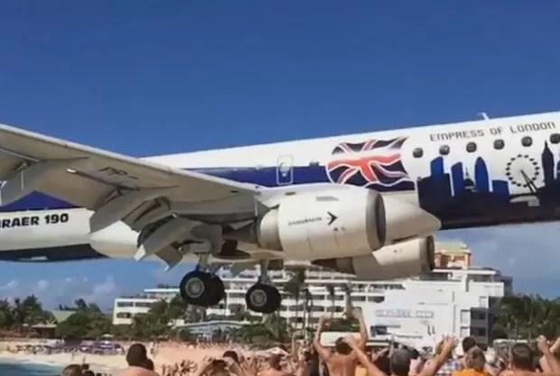 Aeroporto se tornou atração para os turistas, pois passa rente à praia de Maho (Foto: Reprodução/ Instagram/Paul Luning)