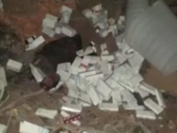 Caixas de remédios jogadas em terreno baldio (Foto: Reprodução / TV TEM)