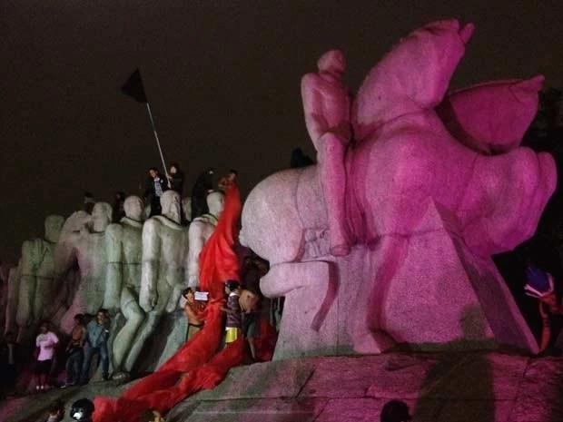 Pichado na noite de terça, Monumento às Bandeiras volta a ser alvo de protesto contra PEC (Foto: Marcelo Mora/G1)