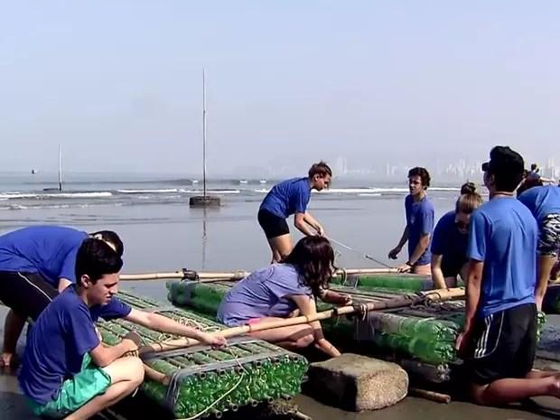Montagem do barco ecológico foi finalizada na praia (Foto: Reprodução / TV Tribuna)