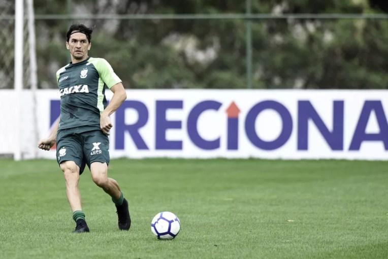 Matheus Ferraz que não participou do treino na última quarta-feira, foi a campo nesta quinta — Foto: Mourão Panda / América